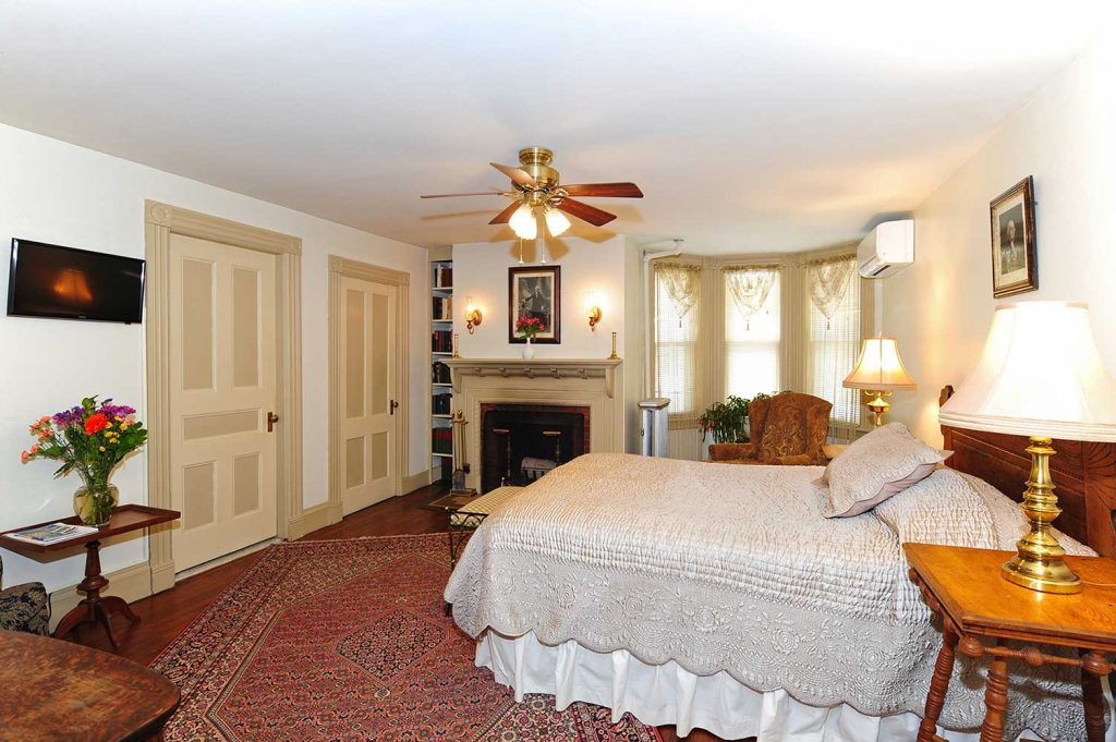 Bed & breakfast Berkshire MA - queen bed